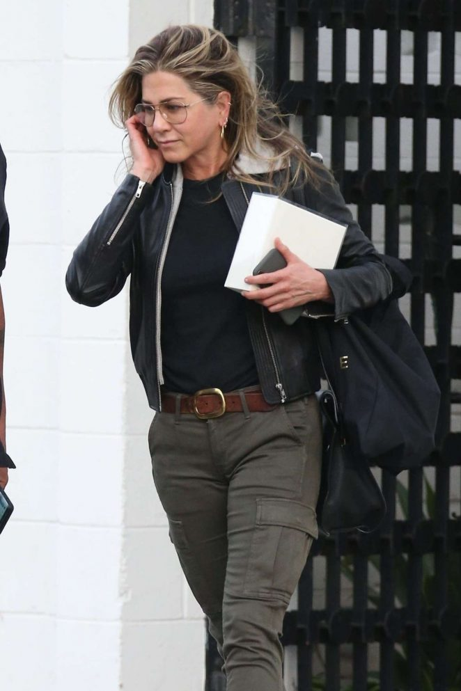 Jennifer aniston exits balayage by nancy braun salon in for Adam and eve beauty salon in katy