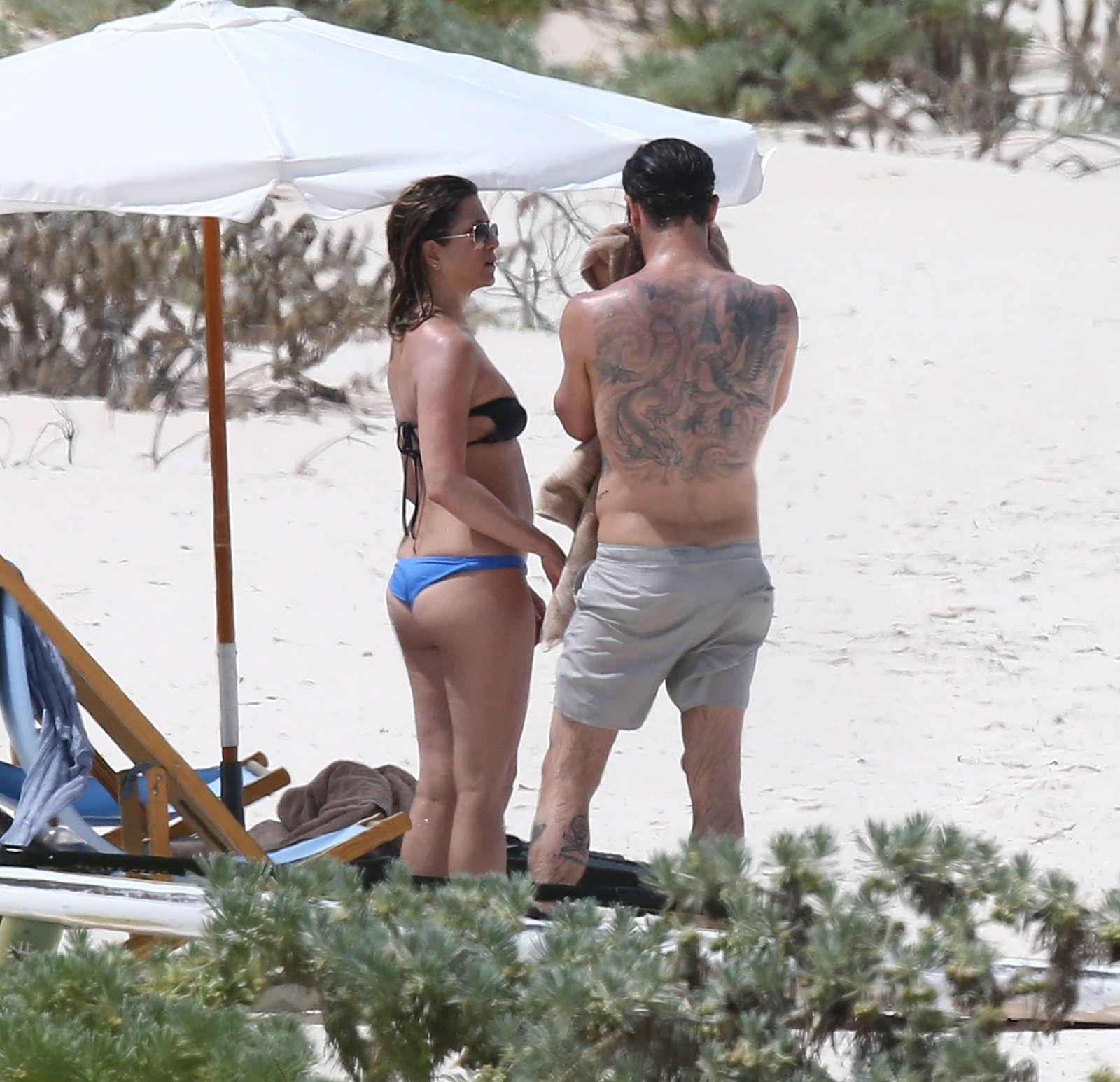 Jennifer aniston bikini photo