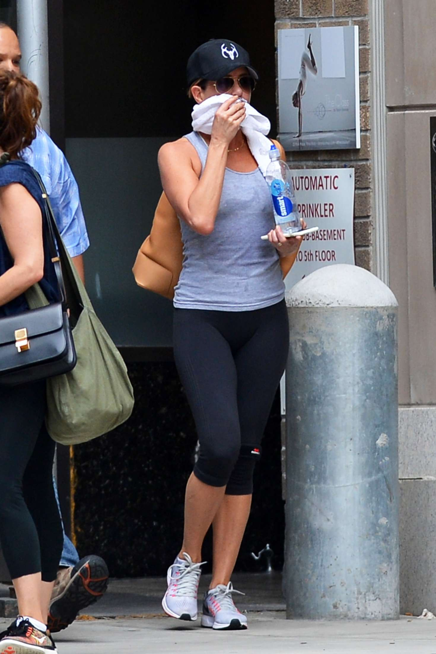 Jennifer Aniston – Leaving her workout in New York City   Jennifer-Aniston:-Leaving-her-workout--05