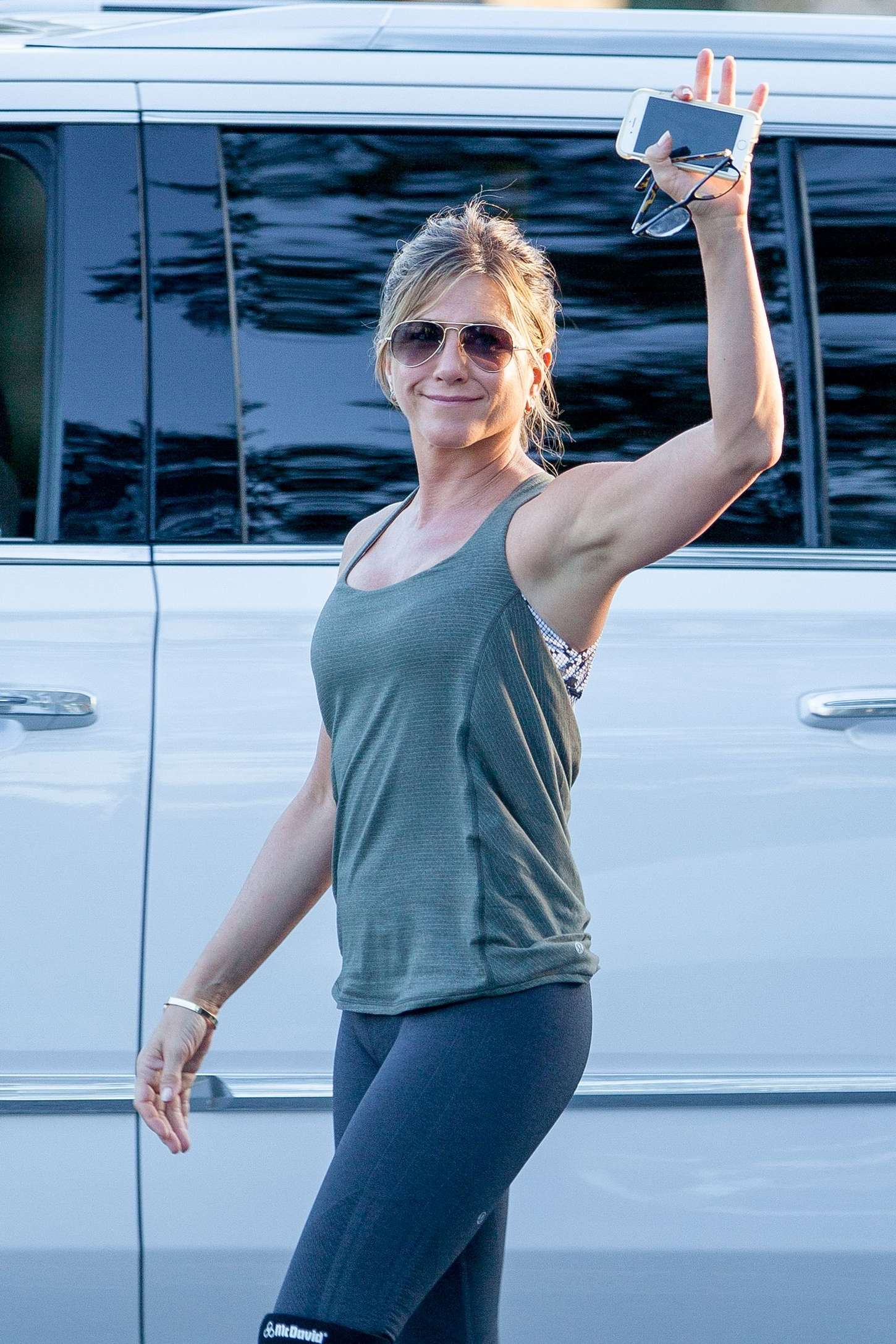 Jennifer-Aniston-in-Tights-on-Mothers-Da
