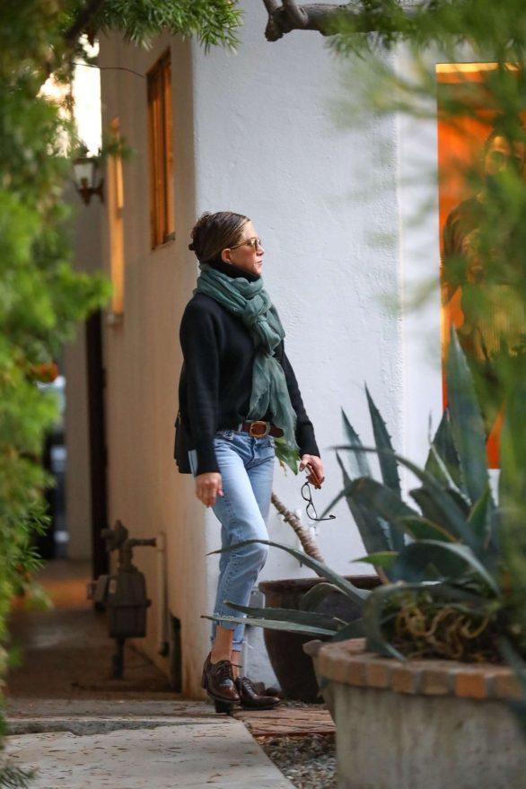 Jennifer Aniston 2019 : Jennifer Aniston – Spotted at a salon in Beverly Hills-01