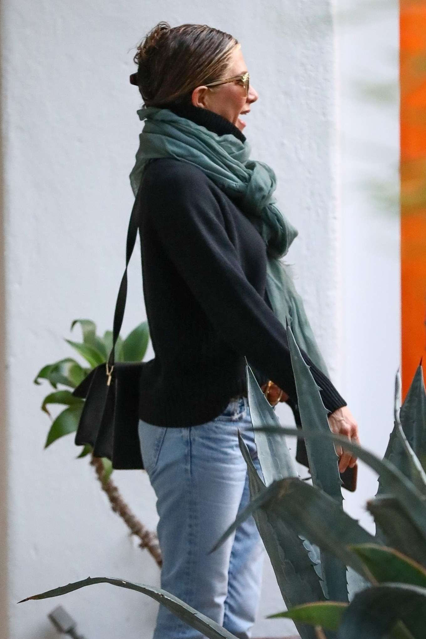 Jennifer Aniston - Spotted at a salon in Beverly Hills