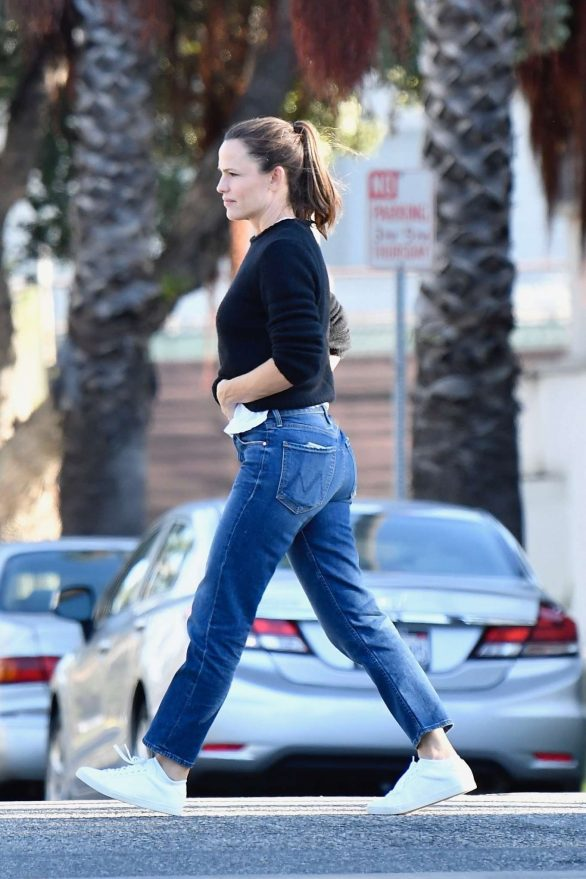Jennifer Garner - Arrives at Bellacures Nail salon in Brentwood