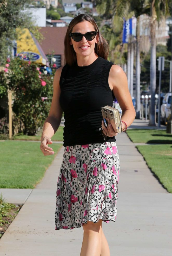 Jennifer Garner – Arrives at church in Pacific Palisades