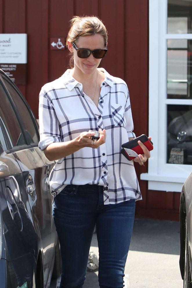 Jennifer Garner at Brentwood Country Mart in LA
