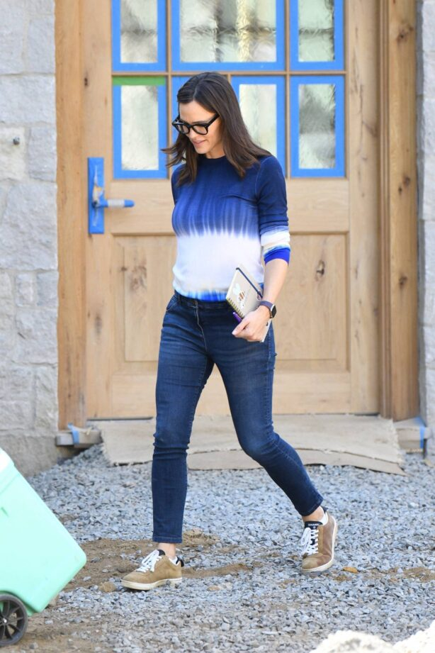Jennifer Garner - Checking on the construction of her new house in Brentwood
