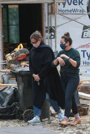 Jennifer Garner - Checks her new house under construction in Brentwood