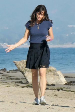 Jennifer Garner - Fashion photoshoot candids on the beach in Santa Barbara