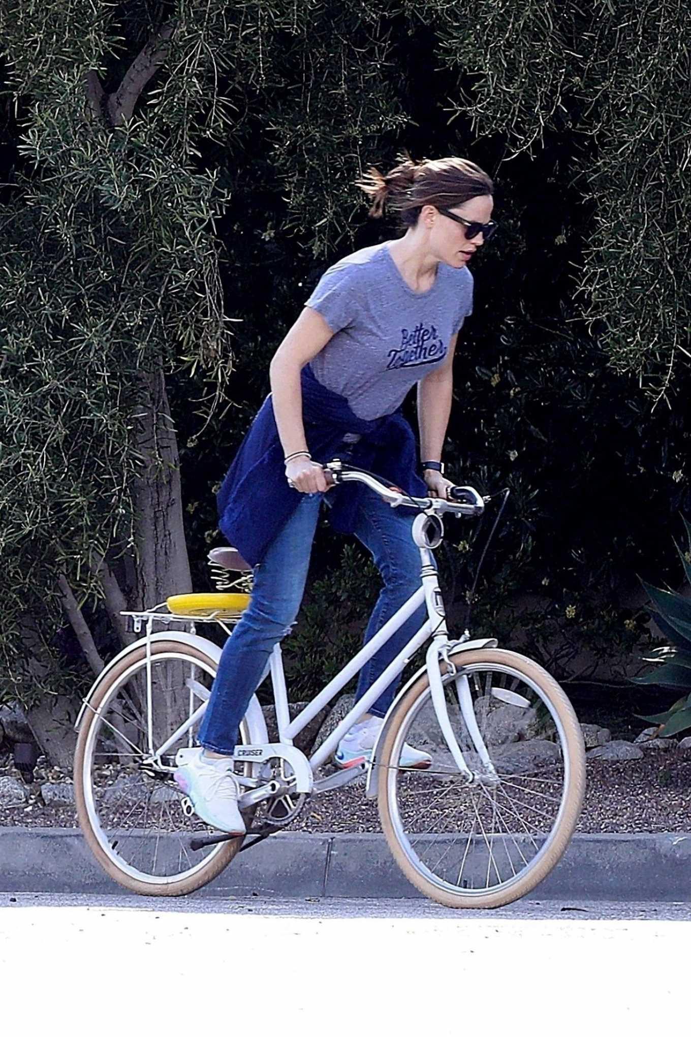 Jennifer Garner 2020 : Jennifer Garner – Goes for a bike ride in Los Angeles-01