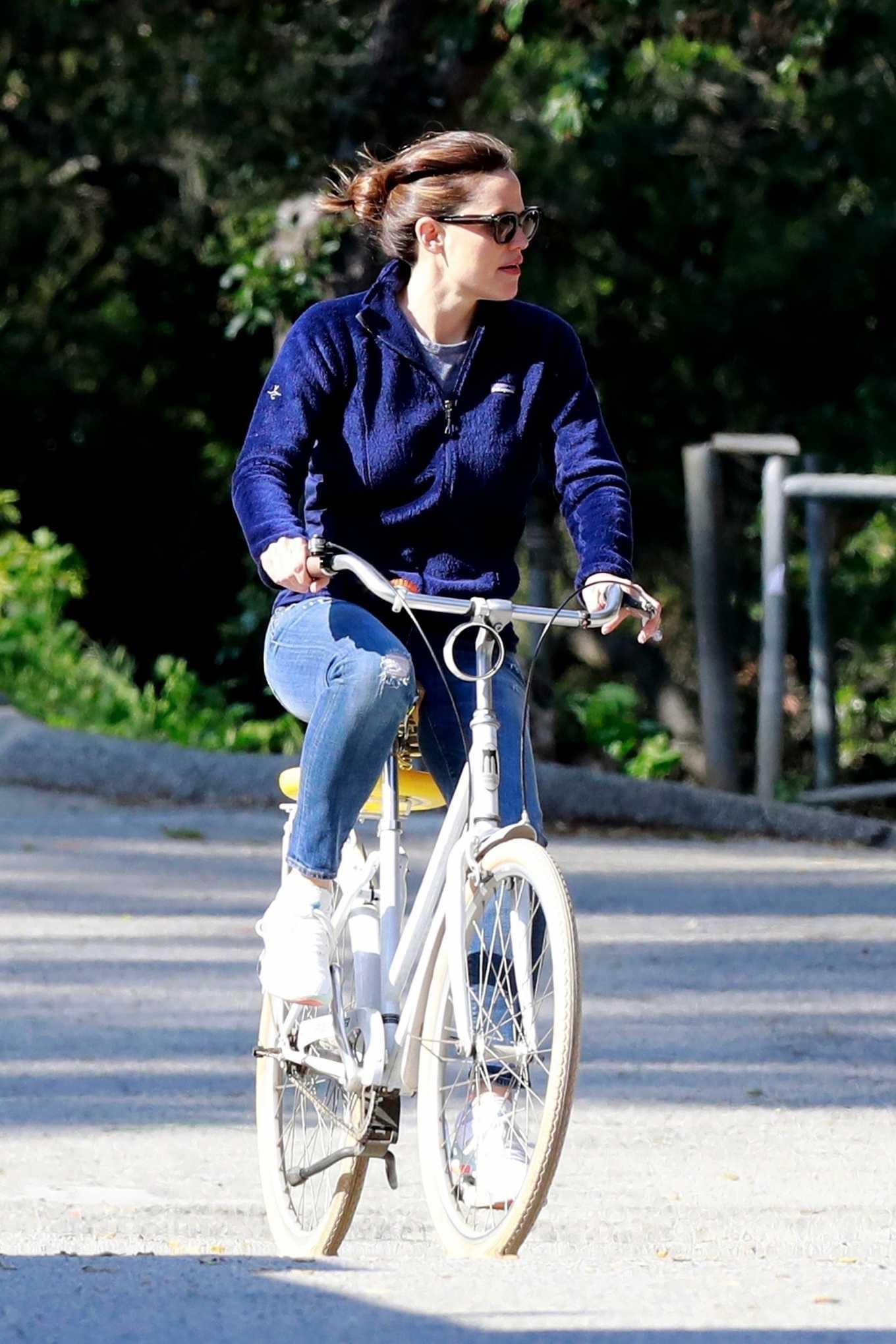 Jennifer Garner 2020 : Jennifer Garner – Goes for a bike ride in Los Angeles-23