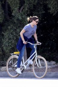 Jennifer Garner - Goes for a bike ride in Los Angeles