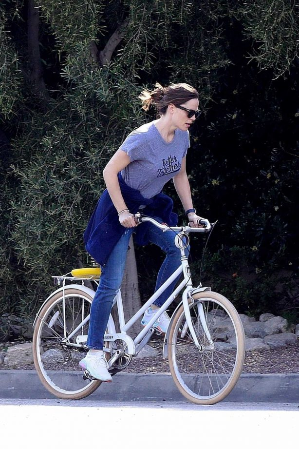 Jennifer Garner - Goes for a bike ride in Los Angeles