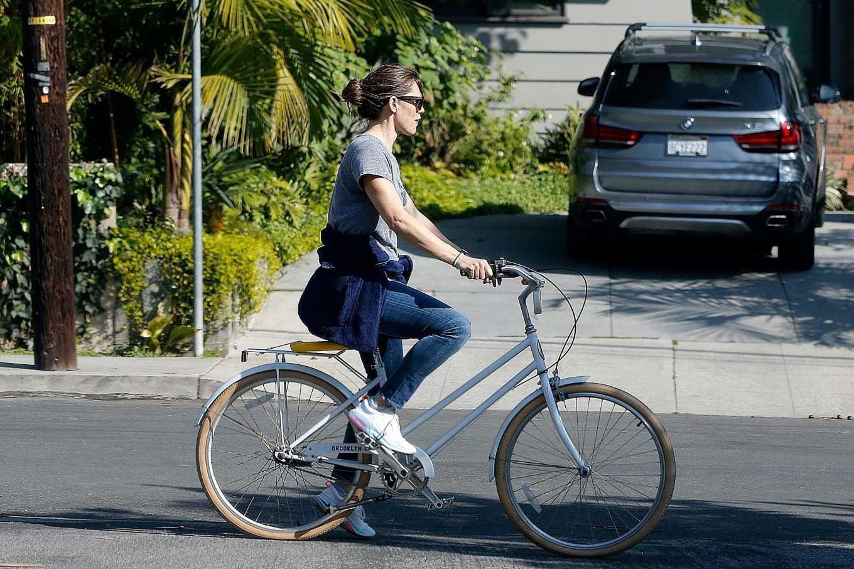 Jennifer Garner 2020 : Jennifer Garner – Goes for a bike ride in Los Angeles-26