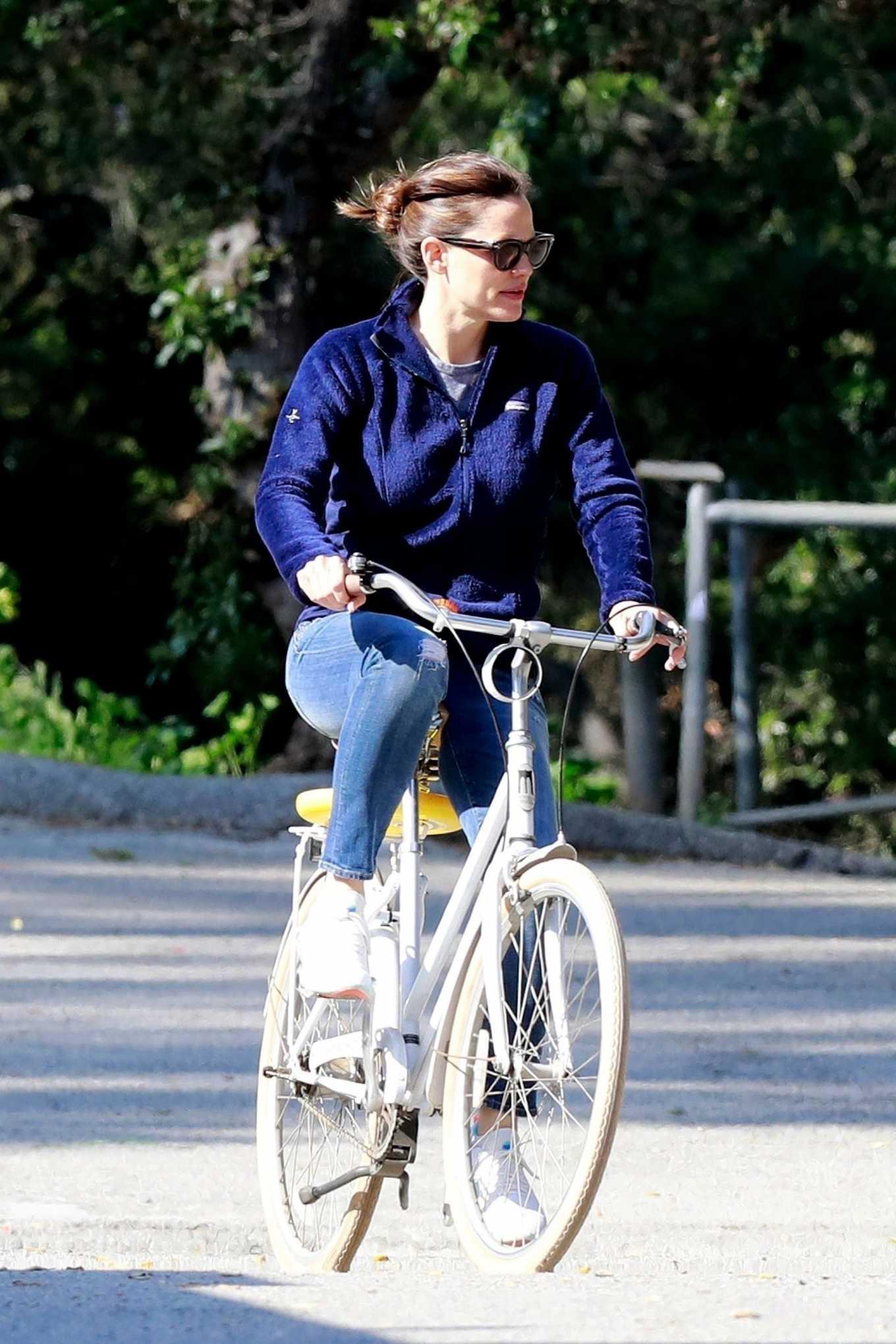 Jennifer Garner 2020 : Jennifer Garner – Goes for a bike ride in Los Angeles-30