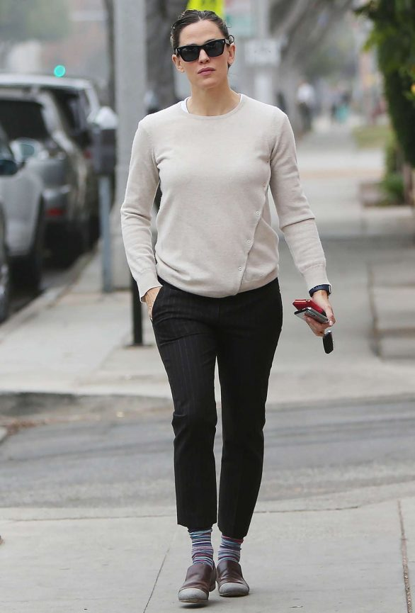 Jennifer Garner 2019 : Jennifer Garner – Goes for her coffee run in Santa Monica-07
