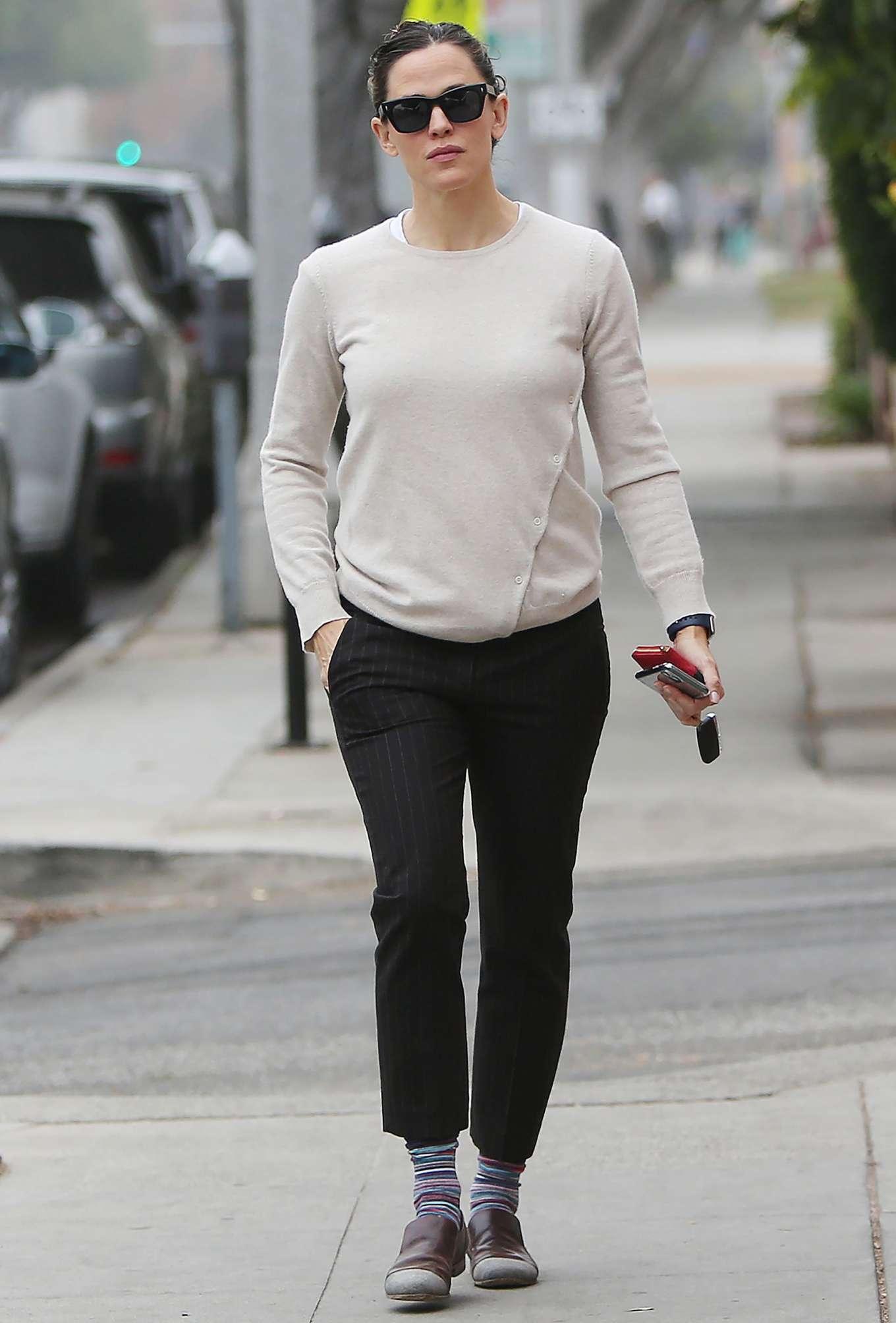 Jennifer Garner 2019 : Jennifer Garner – Goes for her coffee run in Santa Monica-07