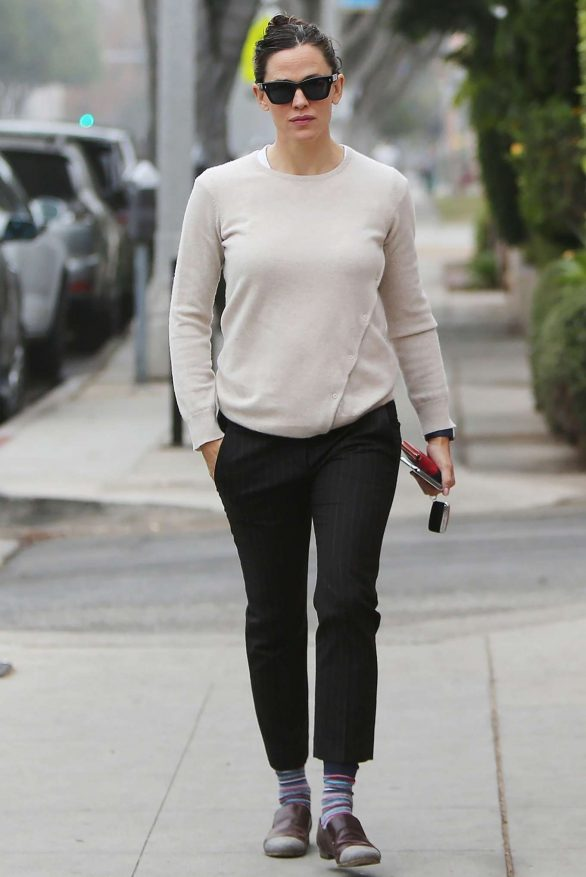 Jennifer Garner 2019 : Jennifer Garner – Goes for her coffee run in Santa Monica-11