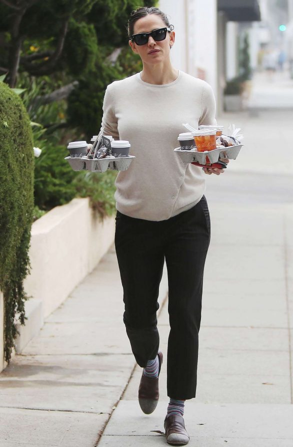 Jennifer Garner 2019 : Jennifer Garner – Goes for her coffee run in Santa Monica-12