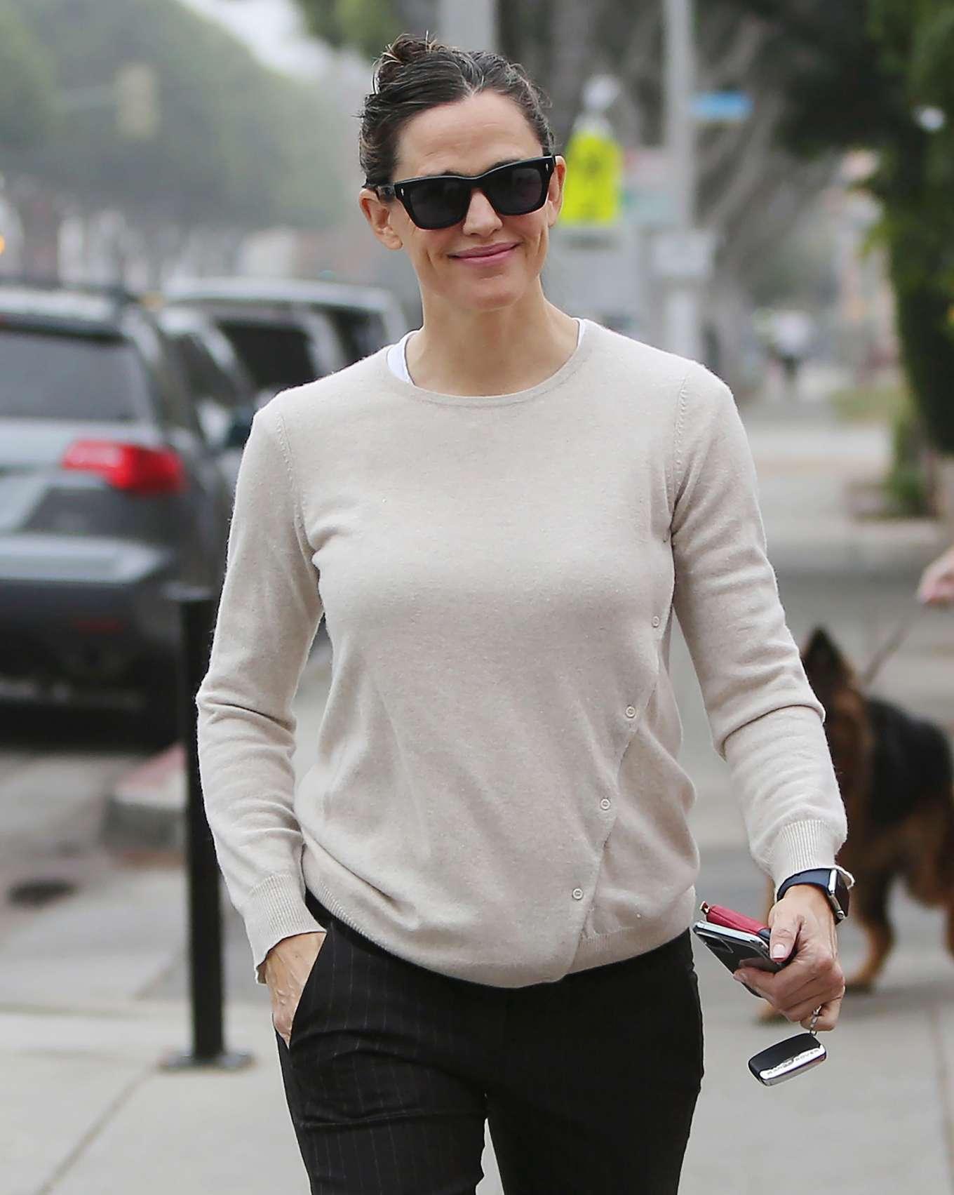 Jennifer Garner 2019 : Jennifer Garner – Goes for her coffee run in Santa Monica-15