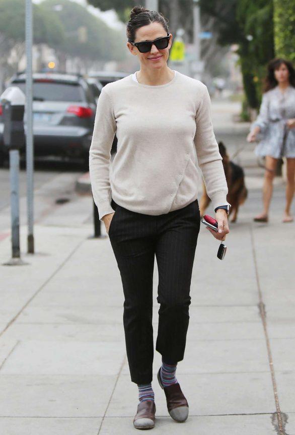 Jennifer Garner 2019 : Jennifer Garner – Goes for her coffee run in Santa Monica-17