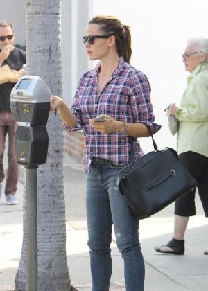 Jennifer Garner going to get her nails done in Los Angeles