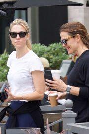Jennifer Garner - Grabs coffee in Brentwood