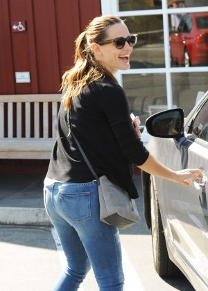 Jennifer Garner in Jeans Has Breakfast at The Countrymart in Brentwood