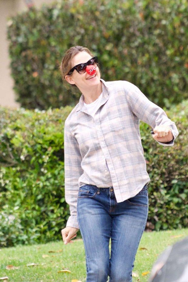 Jennifer Garner - Having fun in the streets of Brentwood