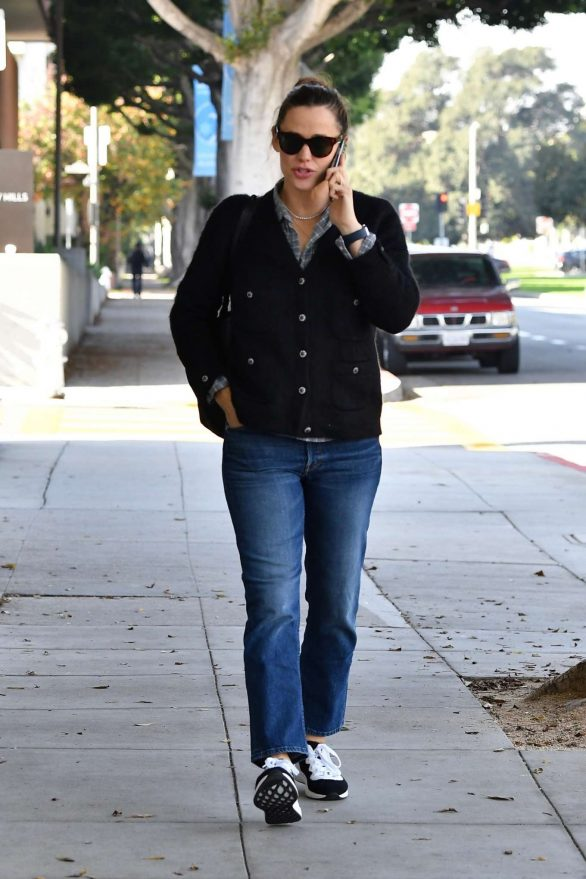 Jennifer Garner - Heads to a spa for some pampering in LA