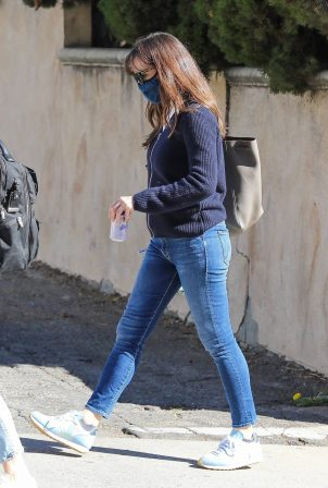 Jennifer Garner - In denim out in Santa Monica