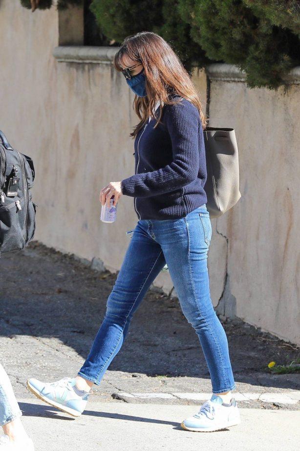 Jennifer Garner - In denim out in Santa Monica