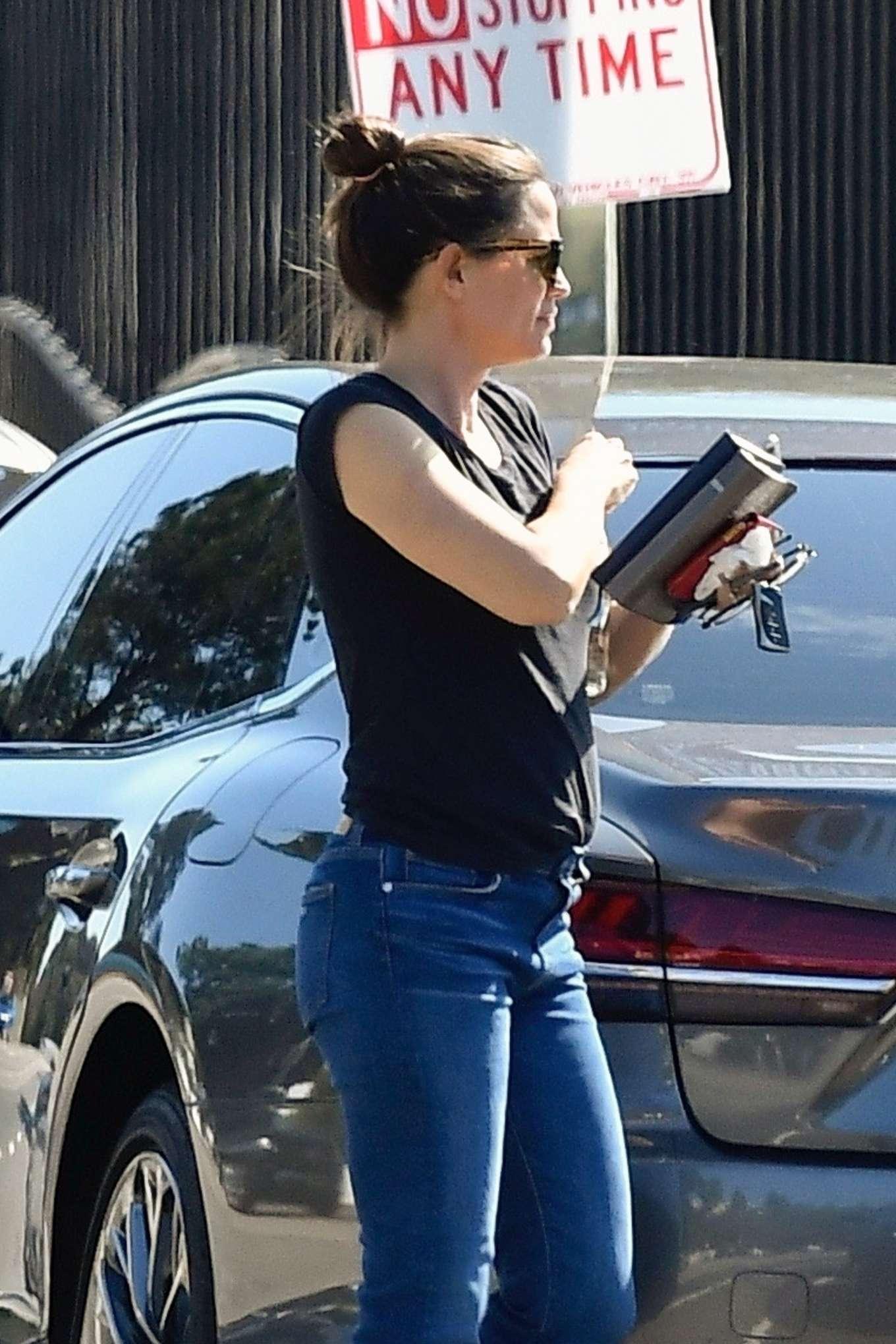 Jennifer Garner 2019 : Jennifer Garner in Jeans – Out in Pacific Palisades-04