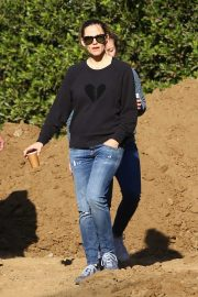 Jennifer Garner - In jeans seen surveying construction on a property in Brentwood