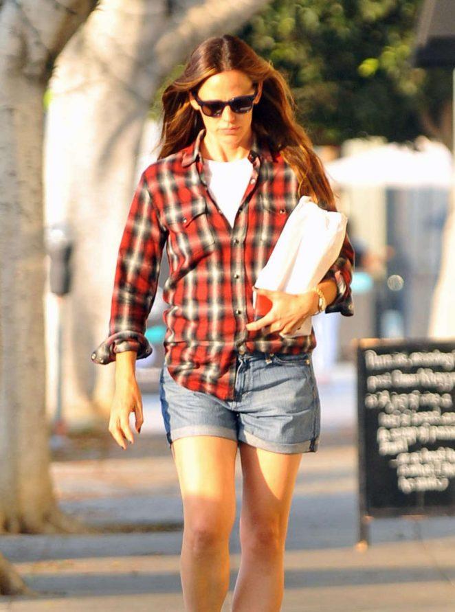 Jennifer Garner in Jeans Shorts -08