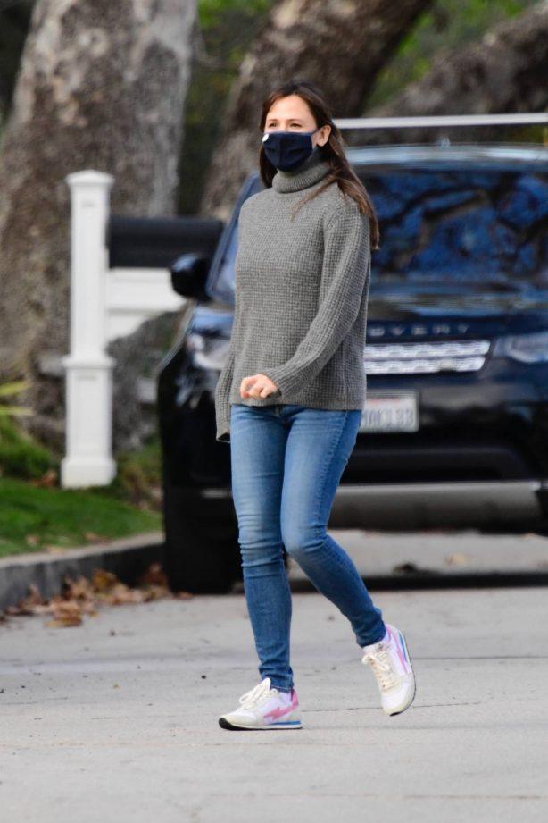 Jennifer Garner - In skinny jeans seen in her Brentwood neighborhood