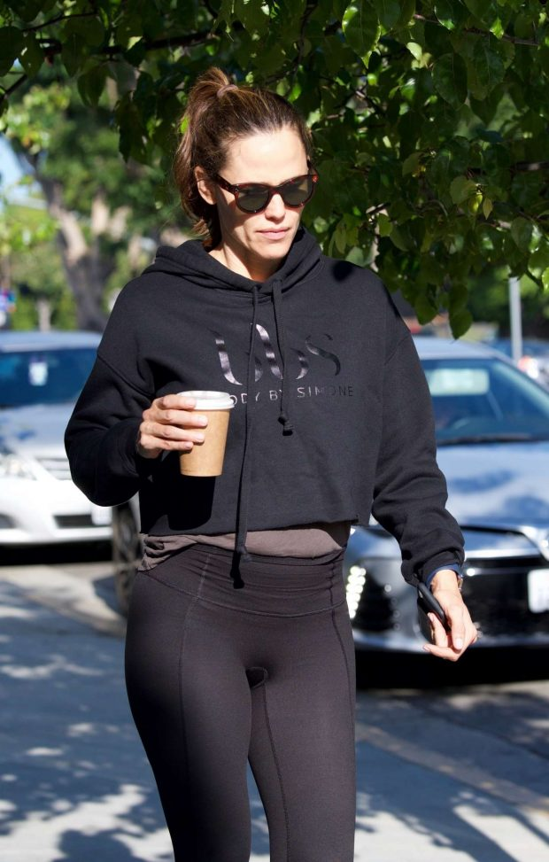 Jennifer Garner in Spandex - Grabs coffee in Brentwood