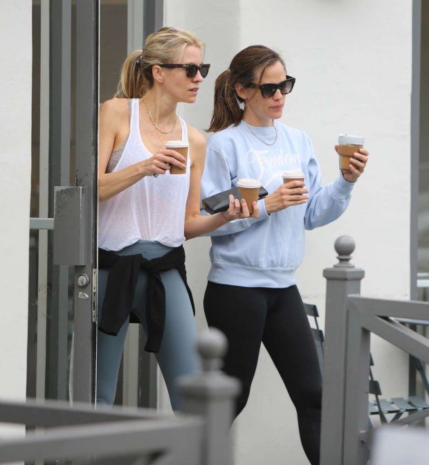 Jennifer Garner: Leaves the gym and grabs coffee in Brentwood-01