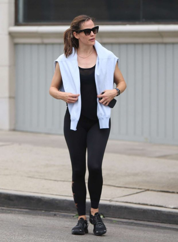 Jennifer Garner: Leaves the gym and grabs coffee in Brentwood-02