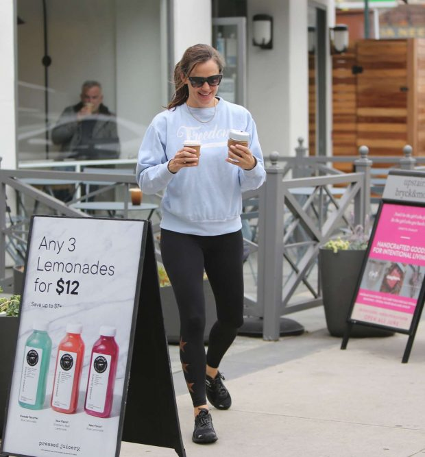 Jennifer Garner: Leaves the gym and grabs coffee in Brentwood-20