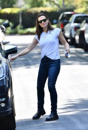 Jennifer Garner - Makes a trip to her new house in Brentwood