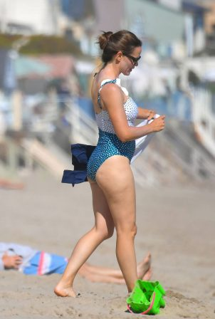 Jennifer Garner - Om bikini on the beach in Malibu