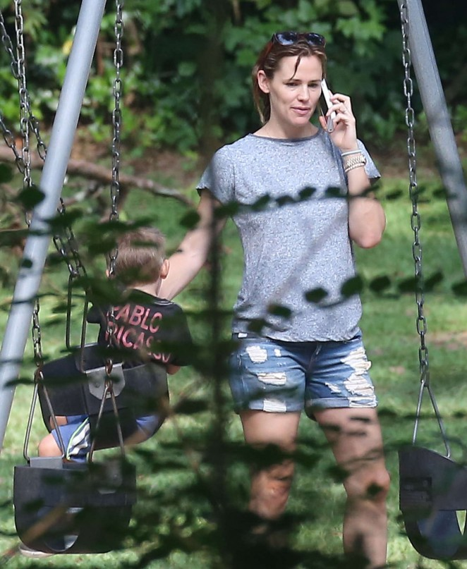 Jennifer Garner in Jeans Shorts -06