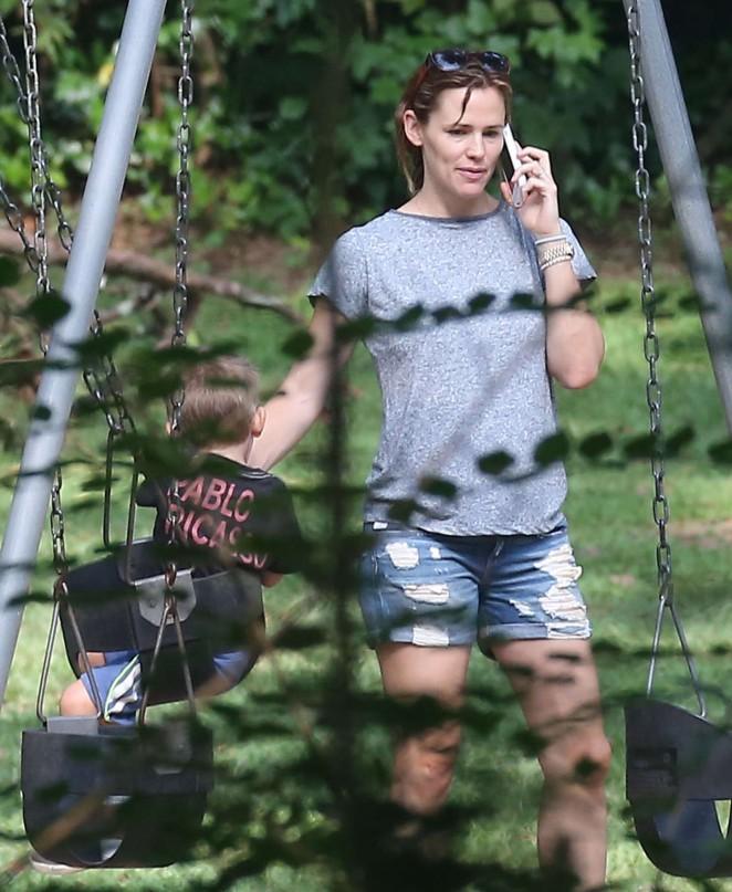 Jennifer Garner in Jeans Shorts -06