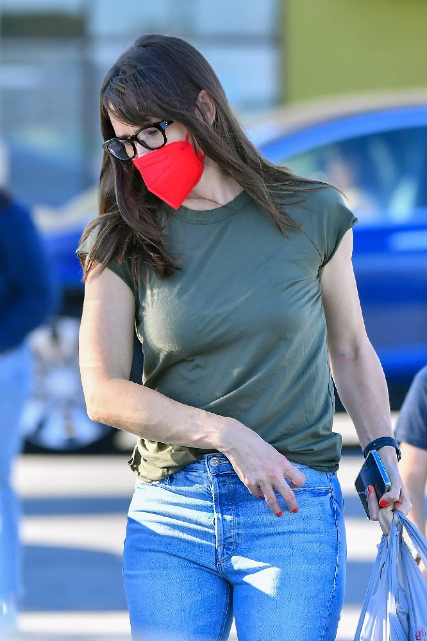 Jennifer Garner 2021 : Jennifer Garner – out in Santa Monica-04