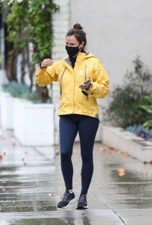 Jennifer Garner - Out in the rain in Los Angeles