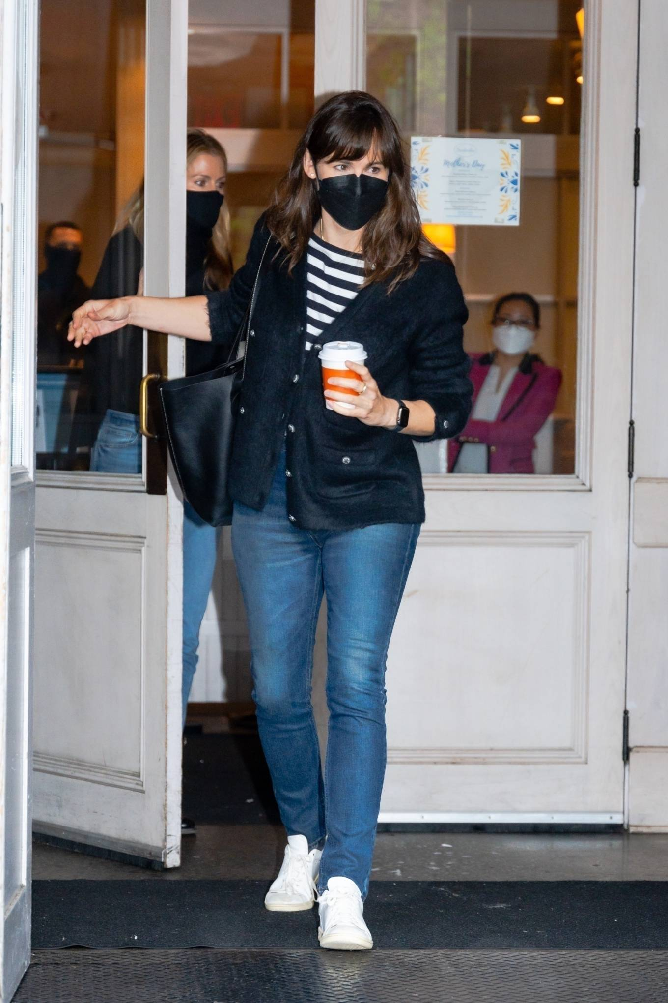 Jennifer Garner 2021 : Jennifer Garner – Out on rainy day for shopping at Sarabeths in New York-01