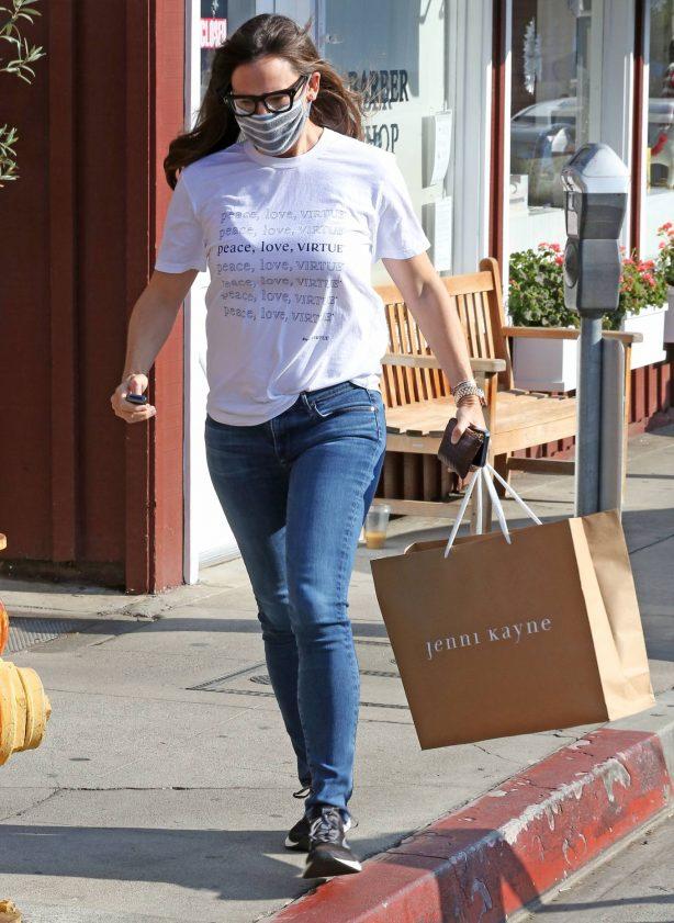 Jennifer Garner - Picks up a gift at the Brentwood Country Mart