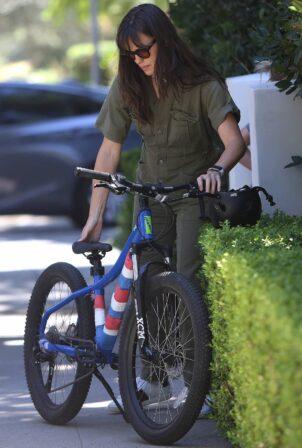 Jennifer Garner - Picks up Samuel Affleck's bike from the car in Pacific Palisades