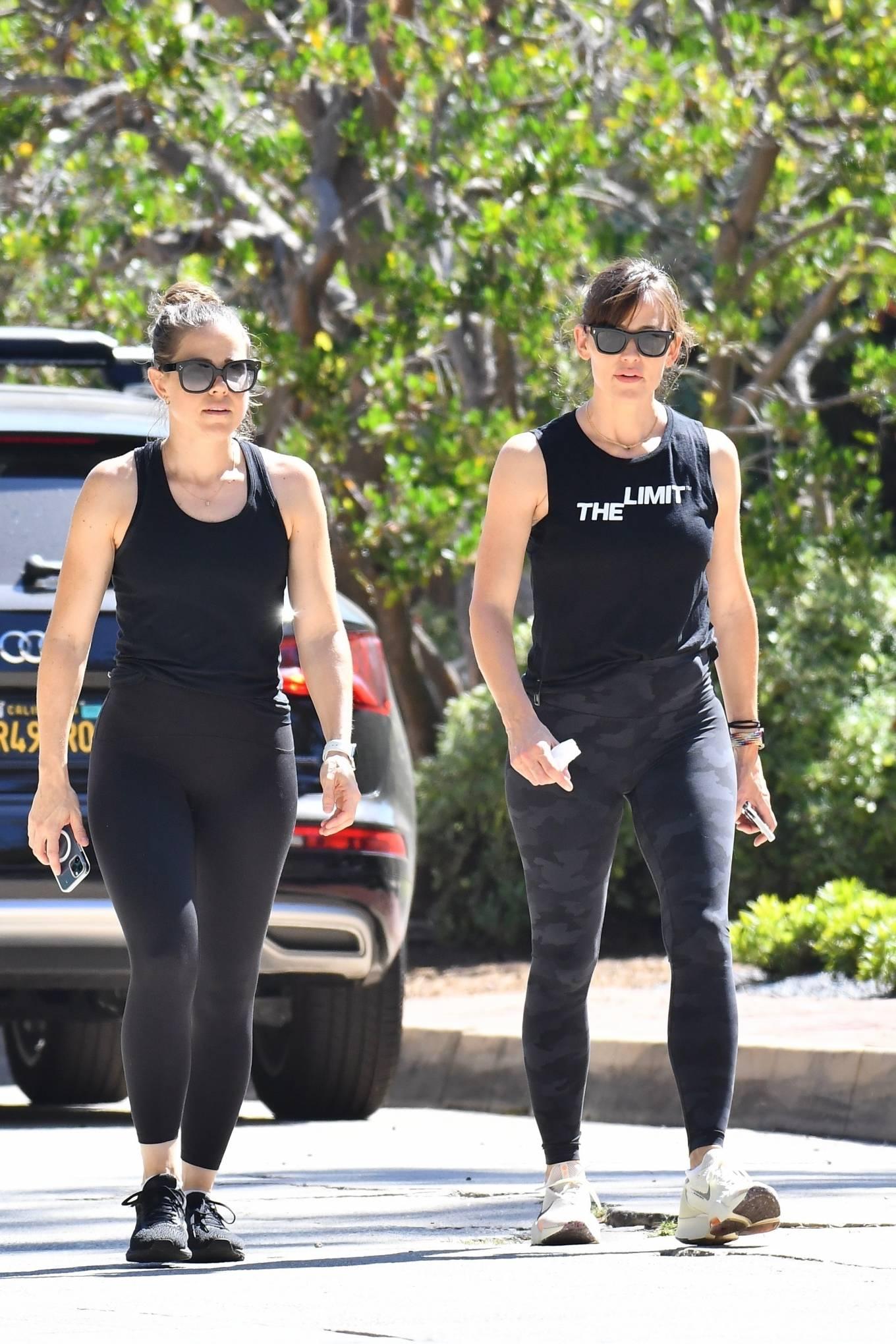 Jennifer Garner 2021 : Jennifer Garner – Power walk on a hot day in LA-05