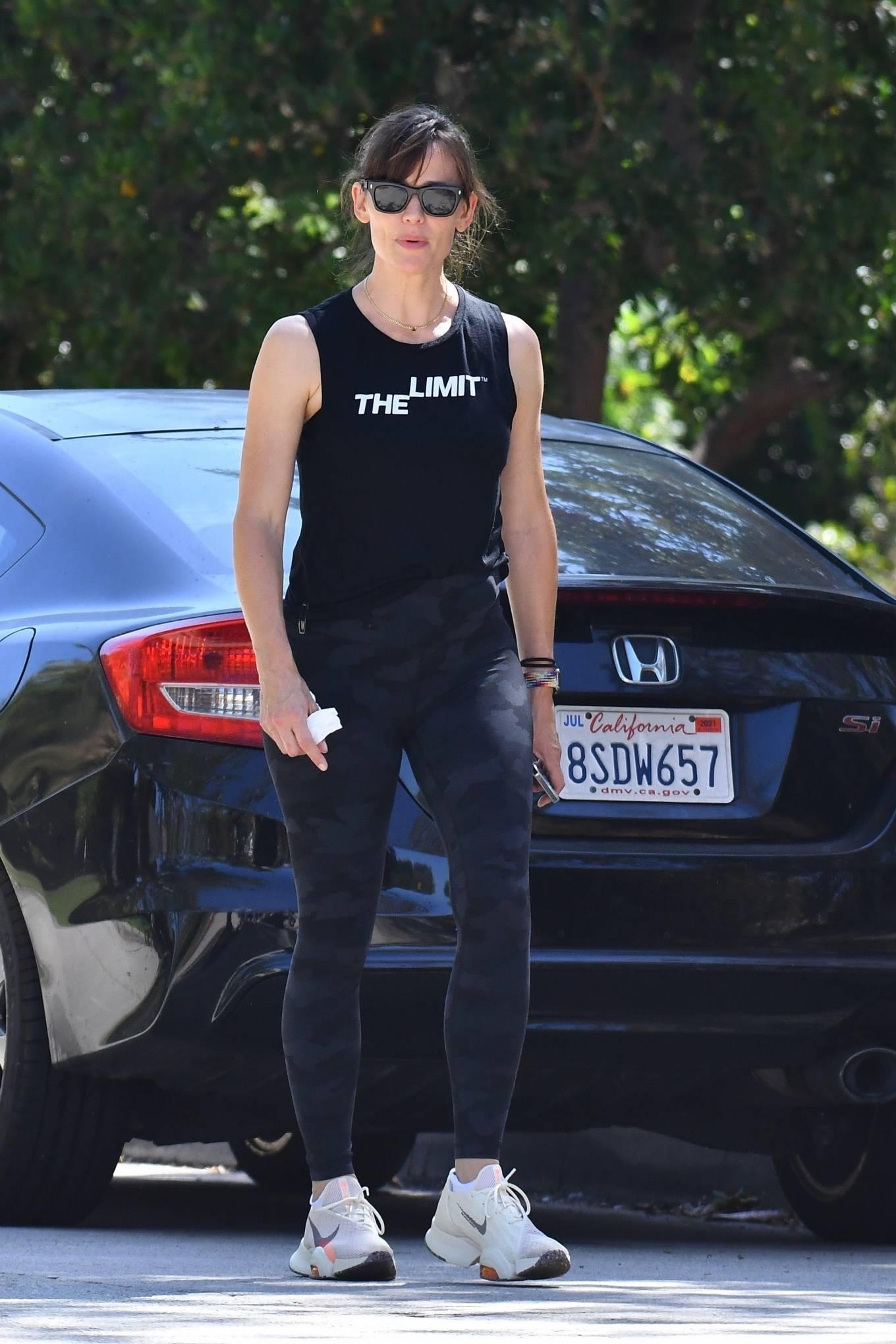 Jennifer Garner 2021 : Jennifer Garner – Power walk on a hot day in LA-08